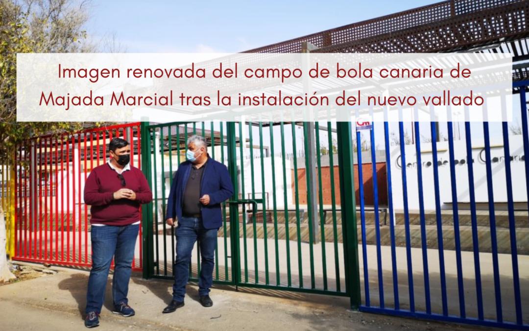 El Ayuntamiento da una imagen renovada al campo de bola canaria de Majada Marcial con la instalación del nuevo vallado perimetral