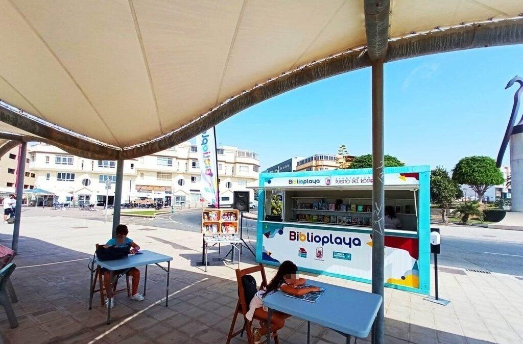 Más de 80 usuarios se beneficiaron de los servicios de la 'Biblioplaya' de Puerto del Rosario, ejemplo de éxito y referente cultural para los meses de verano