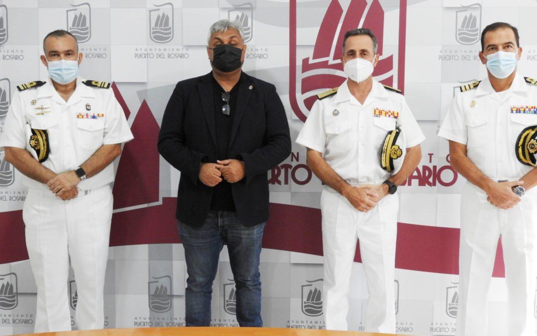 El alcalde de Puerto del Rosario recibe al almirante del Mando Naval de Canarias en su primera visita oficial a Fuerteventura