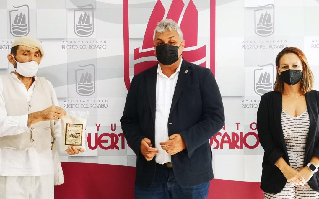Puerto del Rosario felicita a Francisco Román Cabrera, propietario de La Molina de La Asomada, por su medalla de plata obtenida en el Concurso Oficial de Gofio Agrocanarias