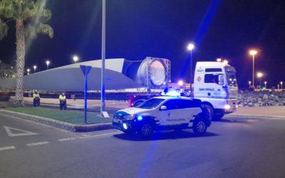 La Policía Local realiza labores de control y vigilancia durante el traslado de transportes especiales con piezas de molinos eólicos