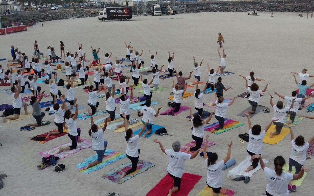120 personas participan en una clase de Yoga en la Playa de Los Pozos