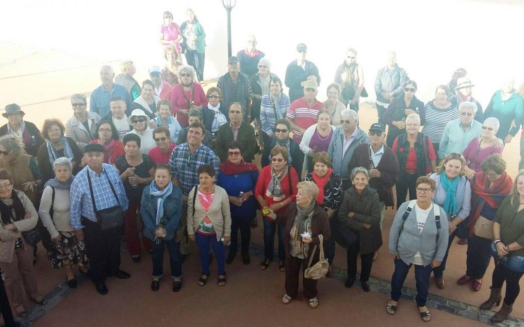 Visita de los mayores  a la Casa Alta de Tindaya en su segunda salida cultural