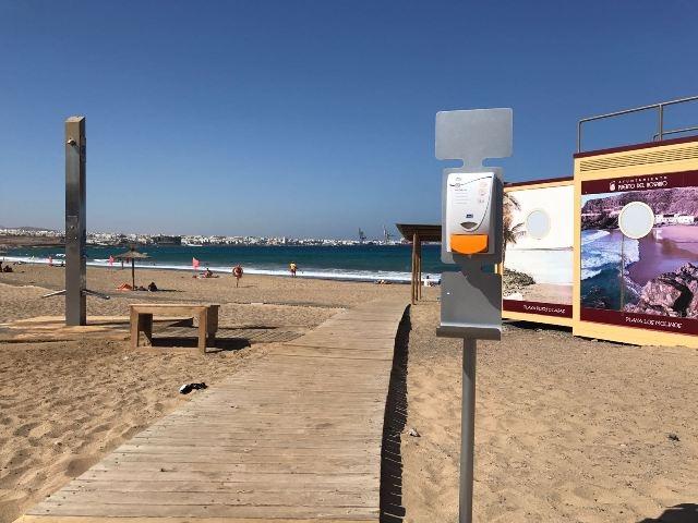 Puerto del Rosario coloca dispensadores de crema solar en las principales playas