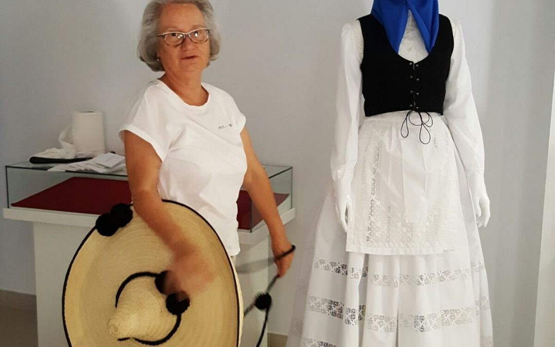 Exposición de Mary Carmen Cabrera de vestimenta tradicional y calados