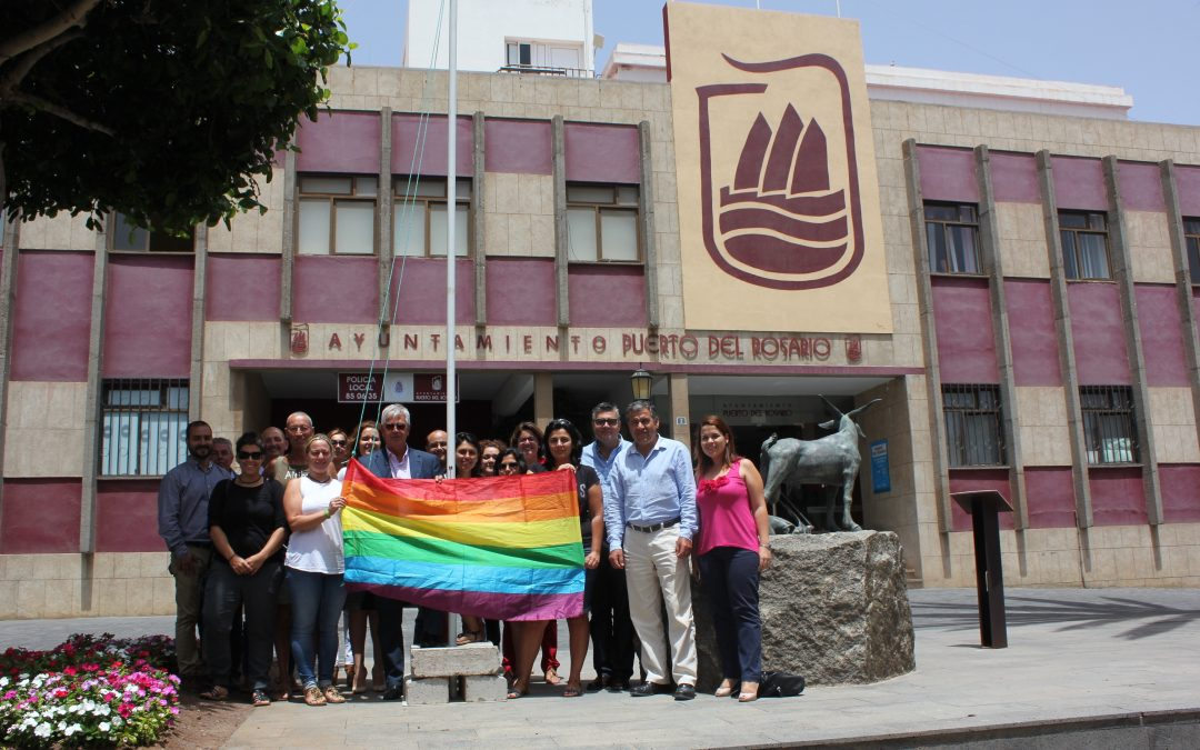 La Bandera LGTB luce frente al Ayuntamiento