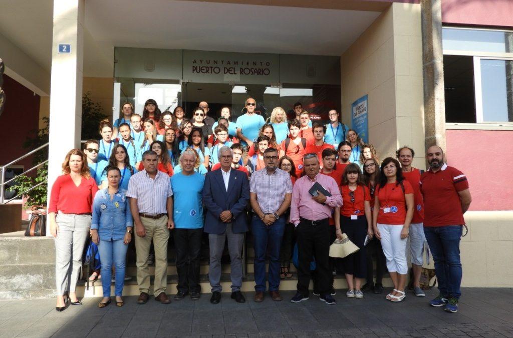 Jóvenes rumanos y majoreros con  la Asociación Astronómica de Fuerteventura