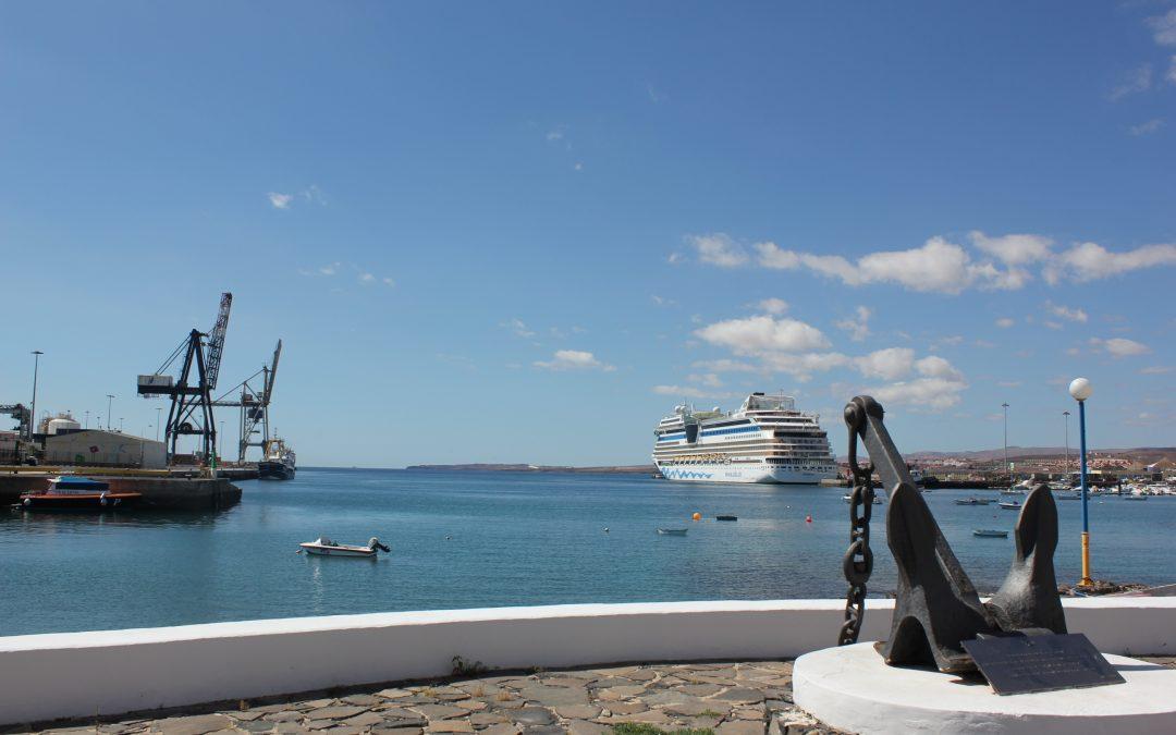 La arena de la bahía de Puerto del Rosario para la Playa de los Pozos