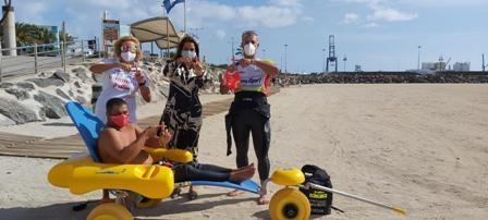 Las playas disponen de sillas anfibias que mejoran la accesibilidad al baño