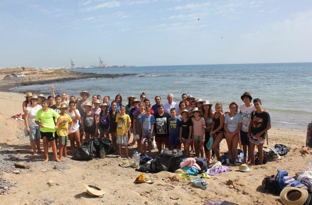 Campaña de limpieza en Playa Blanca y los Pozos realizada por jóvenes