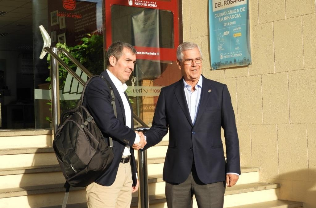 El Presidente del Gobierno de Canarias llega al Ayuntamiento de la capital