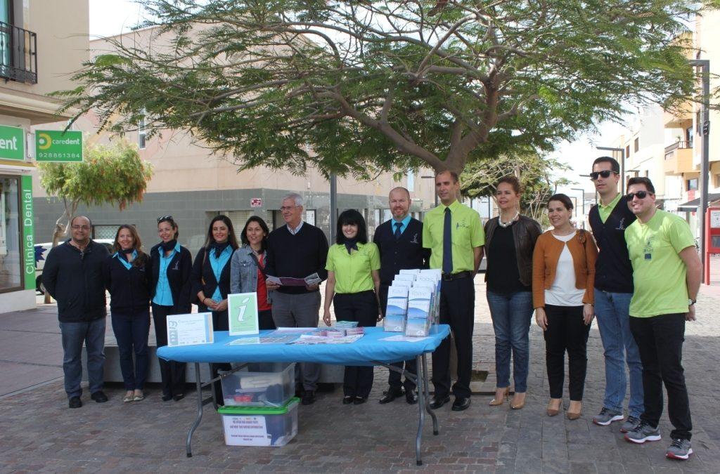 Los alumnos/trabajadores de «Puerto Dinamiza» a pie de calle con el turista