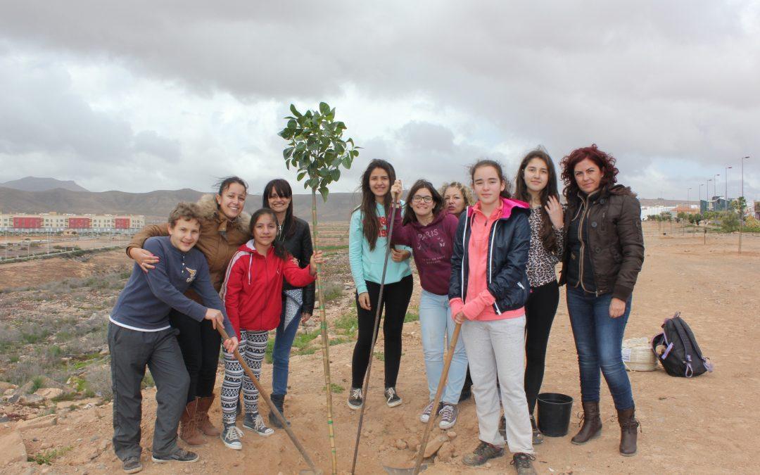 Los niños y jovenes del Foro Infantil y Juvenil de Puerto del Rosario plantan árboles
