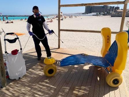 Puerto del Rosario refuerza las labores de desinfección del servicio de playas