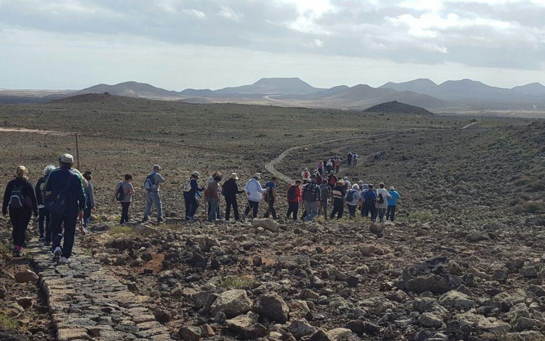 Los mayores caminan entre Lajares y Majanicho pasando por Calderón Hondo
