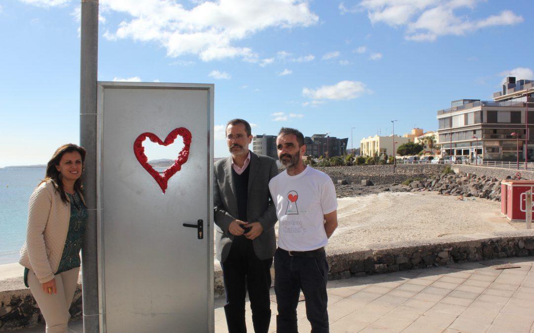 El artista majorero Luis Guardia presenta su exposición en Playa Chica