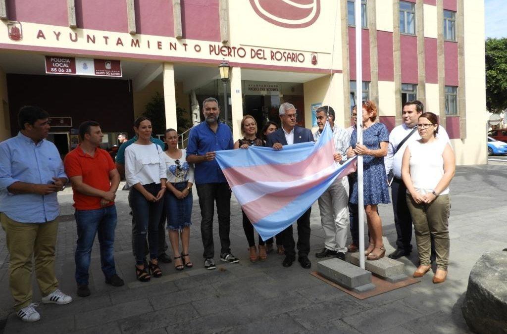 Se iza frente al Ayuntamiento la bandera «trans»