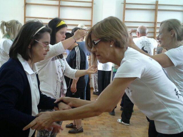 Los mayores enseñan Tai Chi a los usuarios del centro ocupacional