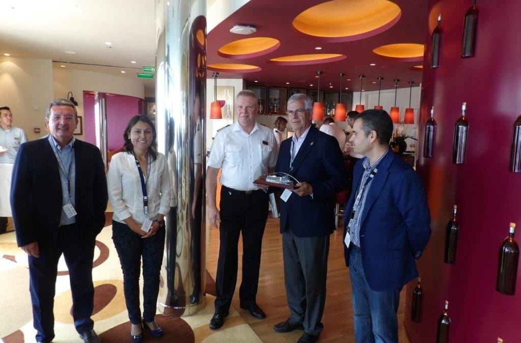 Intercambios de detalles conmemorativos en la primera llegada del Aida Prima