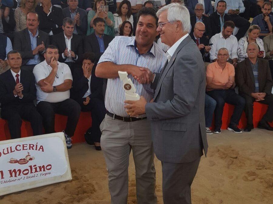 El Ayuntamiento  recibe una distinción de la Federación Insular de Lucha