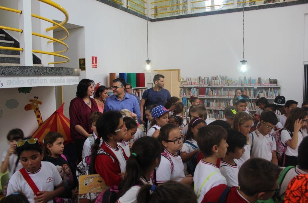 Un grupo de escolares visita la Biblioteca tras las últimas mejoras