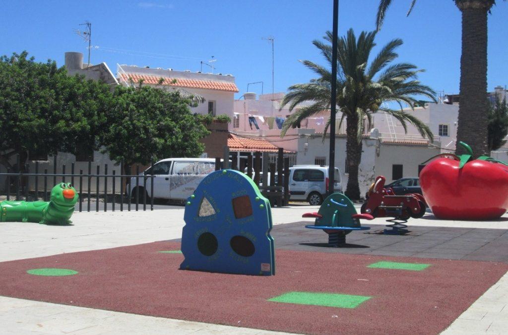Bancos con pedales y paneles para los más pequeños en parques y plazas
