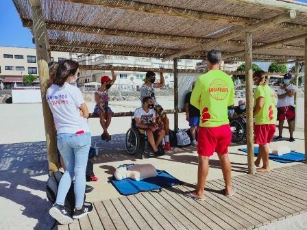 Alumnado de 'Diferentes e iguales' participa en actividades en la playa de Los Pozos