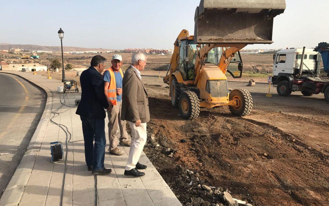 El Ayuntamiento asfalta y embellece el entorno del Hospital