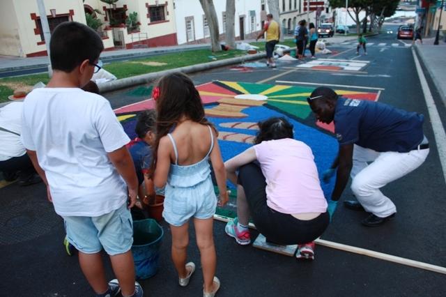 La sal da brillo a las calles de Puerto, gracias a la labor de colectivos, colegios y asociaciones ciudadanas