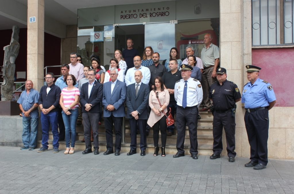 Minuto de silencio a las puertas del Ayuntamiento de Puerto del Rosario