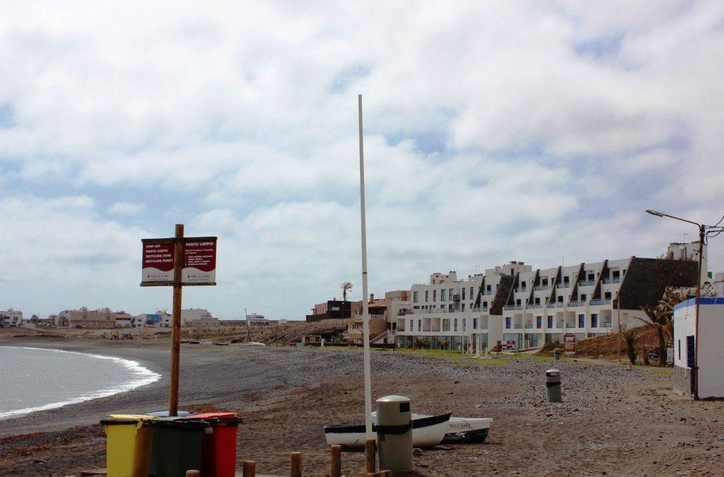 Limpieza de la playa de Puerto Lajas con vecinos y asociaciones