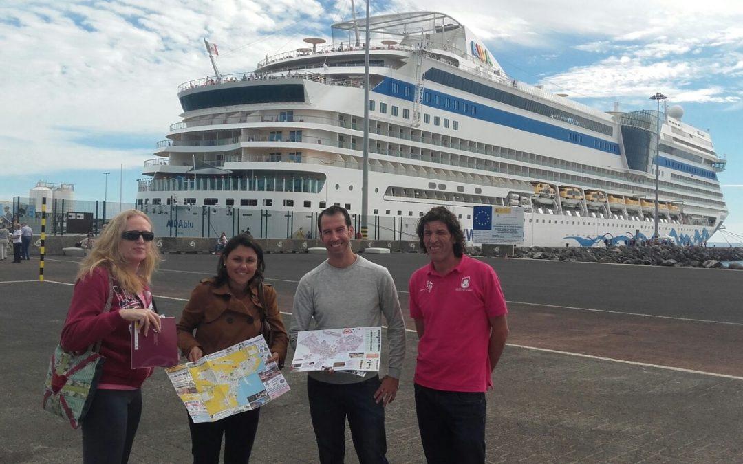 Entrega de material promocional y  primer crucero con turismo nacional
