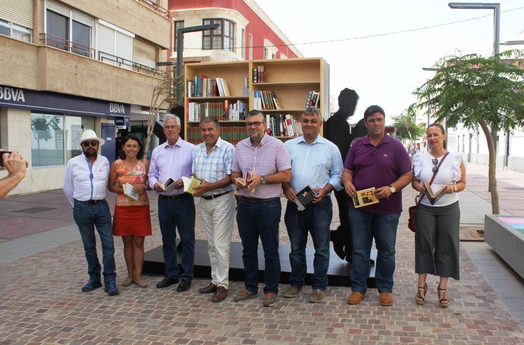Libros y arte se combinan en una nueva escultura en la calle