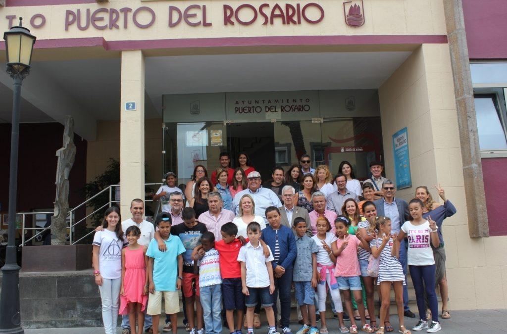El Ayuntamiento recibe a los niños saharauis y sus familias de acogida
