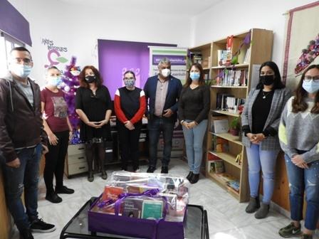 Donación de un lote de más de 25 títulos de obras feministas a la Biblioteca 'Lorenza Machín'